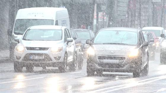 Řidič musí před jízdou očistit auto od nečistot, námrazy a sněhu tak, aby viděl...