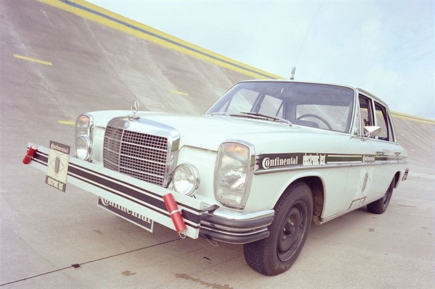 Autonomní auta jezdila už před půlstoletím. Mercedesy tak testovaly gumy