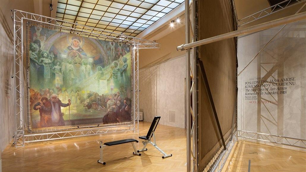 0656c96889d12 Cvičební lavičky na výstavě Alfonse Muchy a jeho Slovanské epopeje v  pražském.