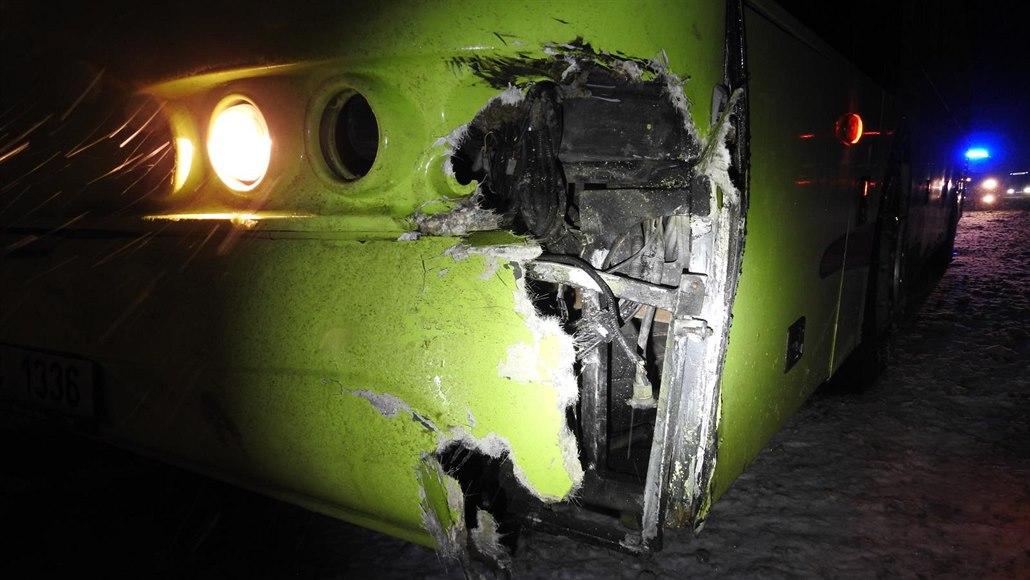 Kamionu upadlo za jízdy kolo, v protisměru narazilo do autobusu