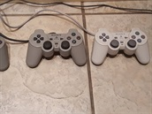 Zleva - PlayStation gamepad, DualShock od PlayStation, DualShock od PlayStation...