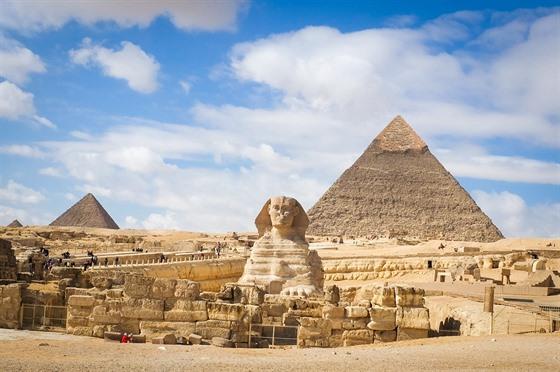 Sfinga údajně nese rysy faraona Chafrea, před jehož pyramidou je vytesána.