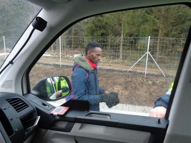 Jdu z Belgie do Anglie, tvrdil cizinec bez dokladů mezi auty na D1