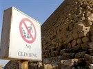 Šplhání na památky zakazuje cedule.