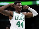 Bostonský pivot Robert Williams ukazuje svaly.