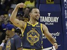 Stephen Curry z Golden State oslavuje trojku proti Chicagu.