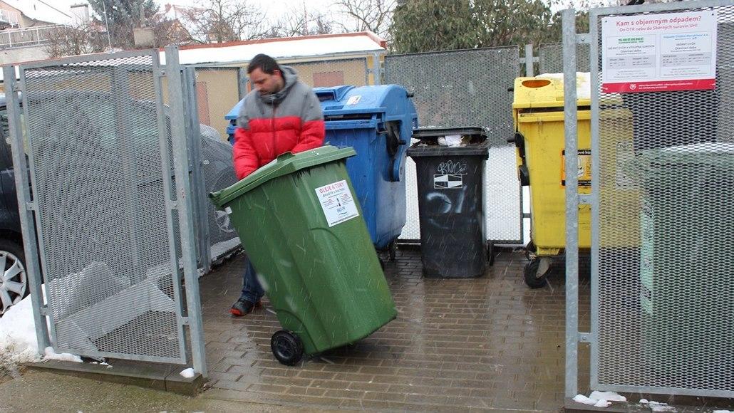 Města rozmísťují nádoby na recyklaci tuku, chtějí ulehčit kanalizaci