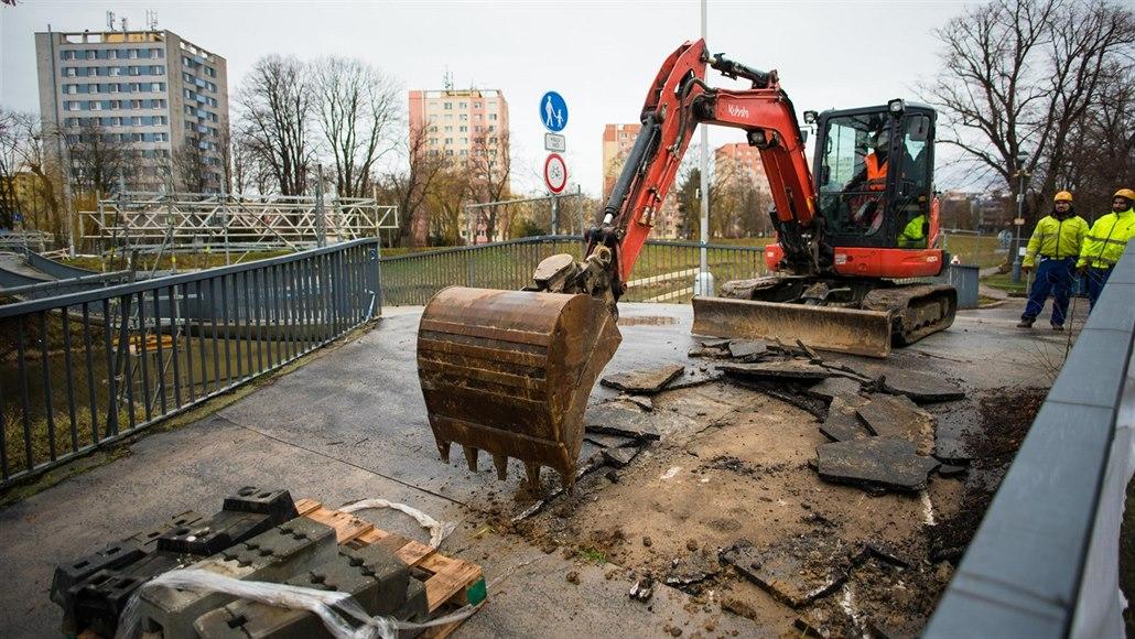 Uzavřená lávka v Kroměříži potřebuje pevnější lana, oprava skončí v březnu