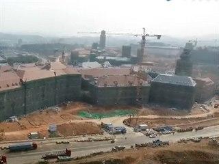 Pohled na kopii českokrumlovského zámku v Číně.