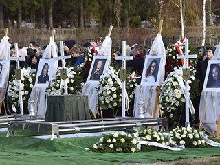Pohřeb pěti mladých dívek v polském Koszalinu. Dívky zemřely během únikové hry.