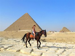 Kůň je lepší než velbloud. Nesmrdí a je menší, takže se z něj lépe vystupuje na...