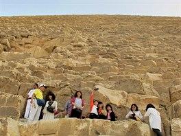 Skupinu asijských turistů cedule od šplhání neodradila.