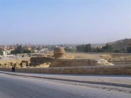 Město Gíza už se rozrostlo do vzdálenosti asi 200 metrů od pyramid.