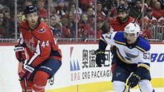 Brooks Orpik (44) z Washingtonu v souboji s Davidem Perronem (57) ze St. Louis.