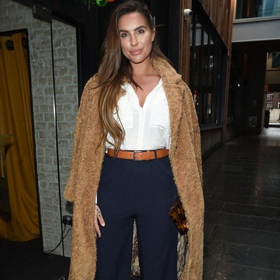 3085a15087b7 Elegantního outfitu docílíte kombinací tmavých širokých kalhot ...