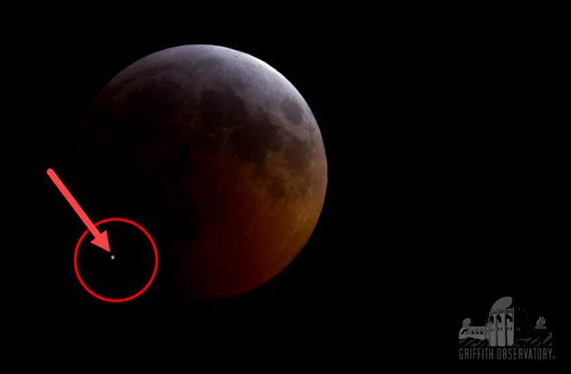 Během zatmění dopadl na Měsíc meteor. Záblesk potvrdili i astronomové