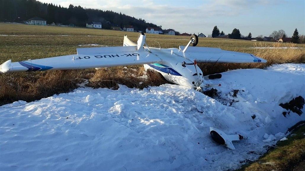 Na Rokycansku havarovalo malé letadlo, při manévru se převrátilo