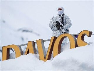 Švýcarský policista hlídkuje na střeše hotelu v Davosu.
