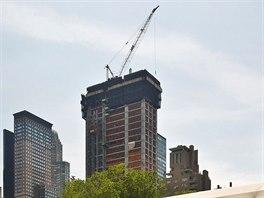 Jeřáb na střeše rozestavěného newyorského mrakodrapu, na jehož vrcholu bude...