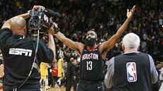 James Harden se raduje z výhry Houstonu nad LA Lakers.