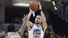 Stephen Curry (30) z Golden State střílí přes Aarona Holidaye (3) z Indiany.