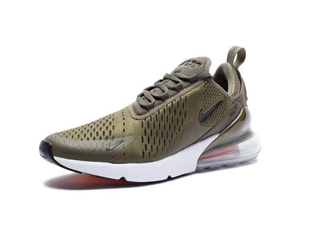131466cc433 Fotogalerie  Logo na botách Nike Air Max 270 podle Arabů připomíná ...