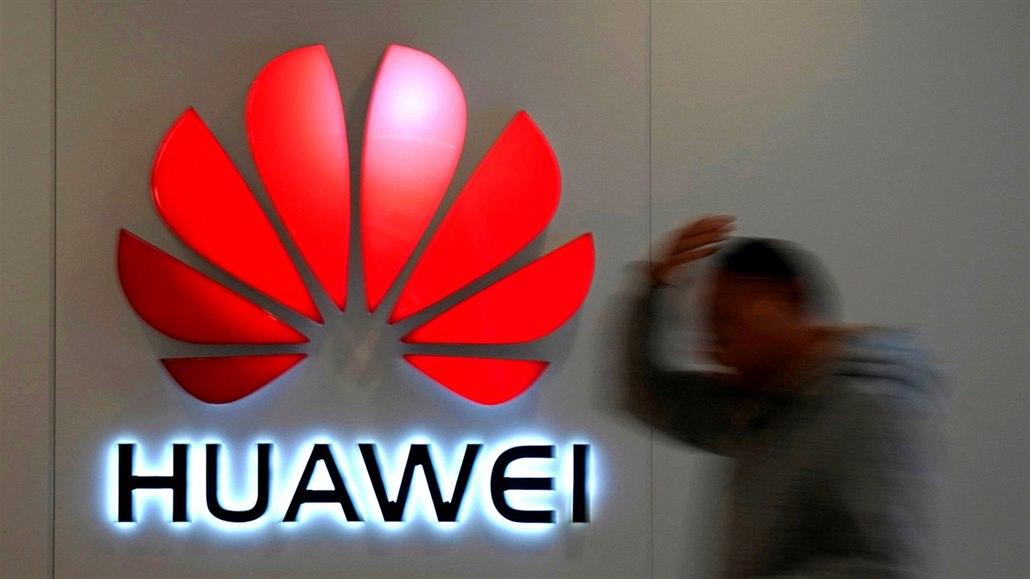 Velmi špatná zpráva pro Huawei. Bez povolení nemá americké součástky