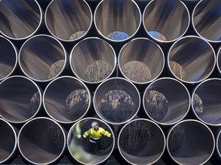 Potrubí pro plynovod Nord Stream 2 uskladněné v německém Sassnitz (6. prosince...