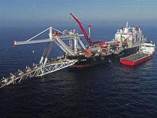 Loď ve vodách Baltského moře pracuje na pokládce potrubí plynovodu Nord Stream...
