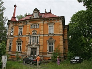 Až do roku 1989 vila sloužila jako Dům pionýrů a spořitelna a po roce 1989...