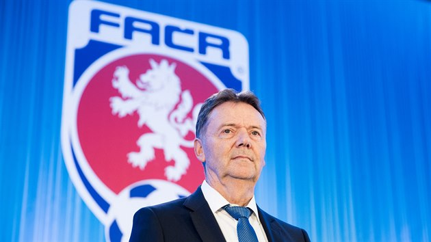 Roman Berbr na mimoøádné valné hromadì Fotbalové asociace ÈR.