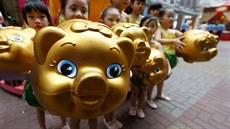 Děti s pokladničkami ve tvaru prasátka. Podle astrologů by měl rok zemského. 47d7cd6c56