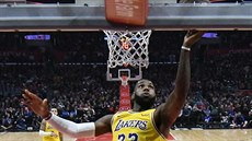LeBron James z LA Lakers zakončuje na koš LA Clippers.