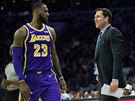 LeBron James z LA Lakers a jeho trenér Luke Walton