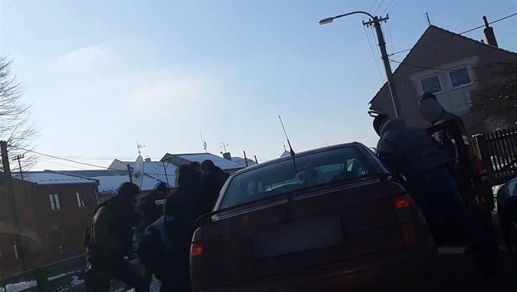 Dealera drog se zákazem řízení policisté při zatčení vytáhli z auta