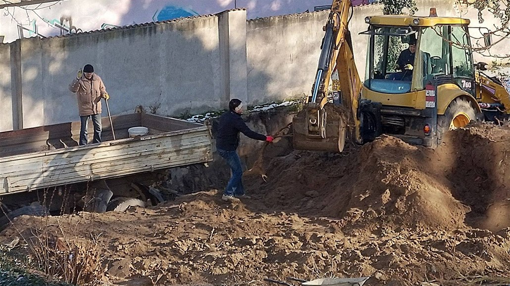 Kolínský hřbitov rozrývají bagry, místní kritizují přístup dělníků k ostatkům