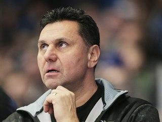 Trenér Chomutova Vladimír Růžička sleduje utkání v Plzni.