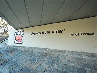 Pod mostem v Bítešské ulici v Brně se objevil další nápis odkazující na kauzu...