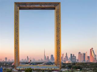 Stavba připomíná zlatý rám.