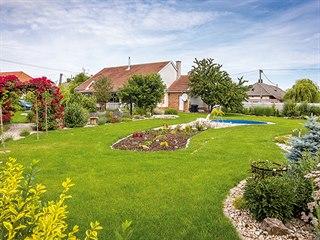 Rozlehlá zahrada, která má neuvěřitelných 13 arů, se při vstupu na pozemek...