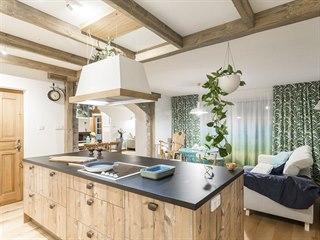 Nová kuchyň je v romantickém venkovském stylu, proto zde přibyly i trámy z...