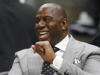 Magic Johnson, prezident Los Angeles Lakers, sleduje zápas svého týmu v Atlantě.