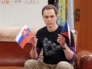 Sheldon Cooper v seriálu Teorie velkého třesku s českou a slovenskou vlajkou