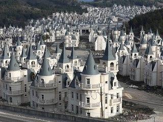 Z luxusní turecké čtvrti se stovkami zámečků s modrými věžičkami jako od...