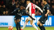 Noussair Mazraoui (Ajax) a Vinícius Junior (Real Madrid) v osmifinále Ligy...