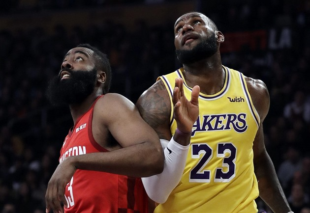 LeBron James (23) z LA Lakers a James Harden z Houstonu bojují na doskoku.