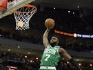 Jaylen Brown z Bostonu smečuje proti Milwaukee.