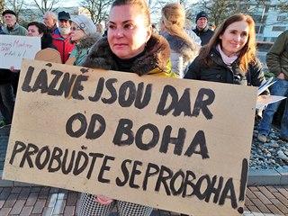 Odpůrci zřízení pilotní základny F Air na karlovarském letišti protestovali...