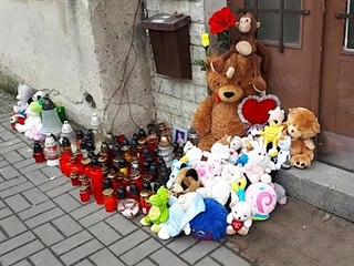 U domu, kde zemřelo dítě, vzniklo pietní místo. (21. 2. 2109)