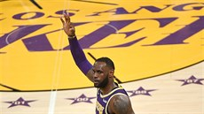 LeBron James z LA Lakers slaví trojku.